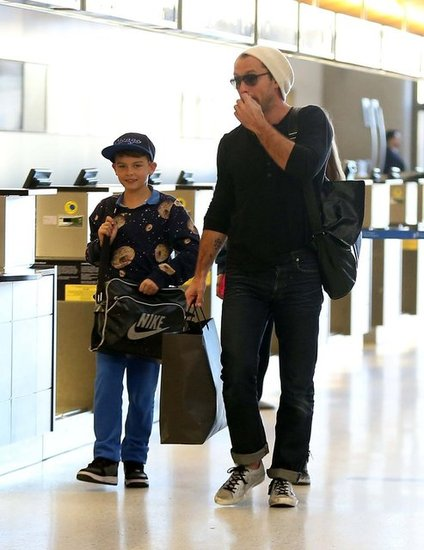Jude Law directed his children to the security line.