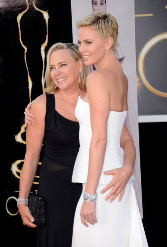 Charlize Theron and her mom, Gerda, hugged it out for the cameras on the red carpet.
