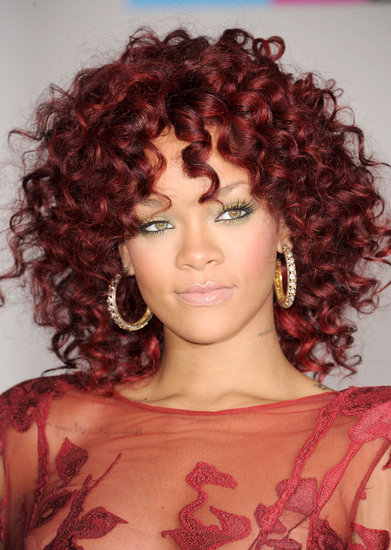 Rihanna arrived at the 2010 American Music Awards with a deep burgundy hair color and a pale gold eye shadow.