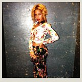 Beyoncé showed off a sexy floral outfit and red lips. Source: Instagram user baddiebey