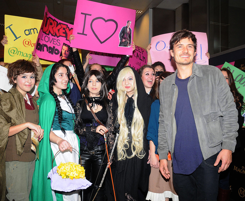 Orlando Bloom posed with fans at the airport in Turkey.