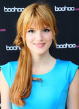 Bella Thorne tried out a side ponytail at the Boohoo Tea Party she hosted in LA. The flipped-over base gave the look even more panache.