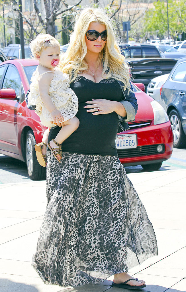 Jessica Simpson carried Maxwell.