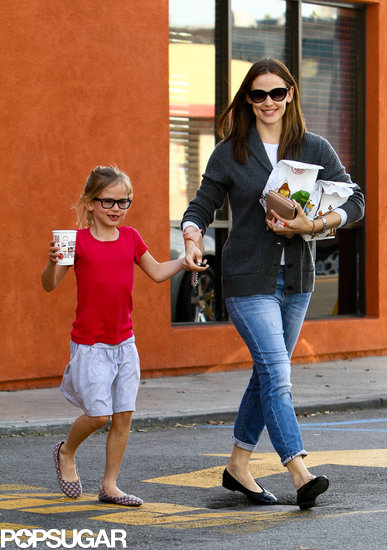 Jennifer Garner and Violet Have a Happy Meal
