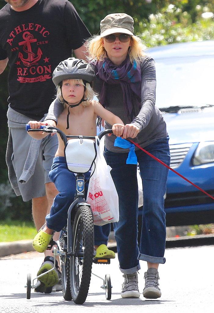 Naomi Watts helped push her son Sasha Schreiber on a bike in LA.