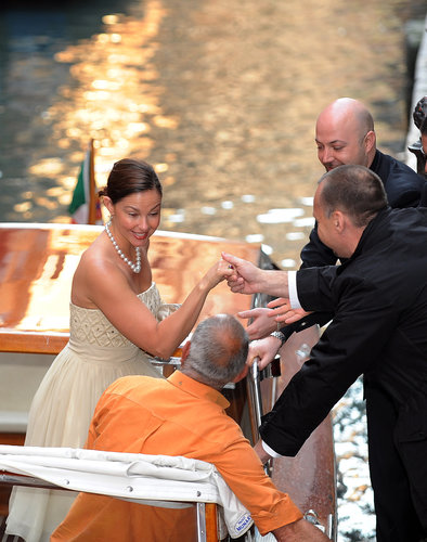 Ashley Judd was helped out of a gondola in Venice during Salma Hayek and Francois-Henri Pinault's April 2009 wedding.