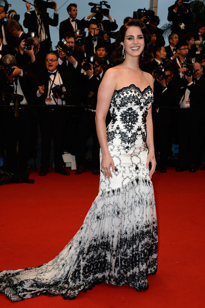 Lana Del Rey's black and white gown, with its ornate pattern, lent a '20s flair to her red carpet look.