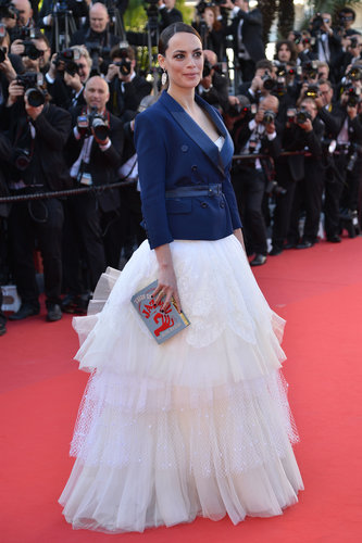 Bérénice Bejo didn't short on the drama for her arrival at the Le Passé premiere. The actress looked lovely in a tulle-skirted gown and bright double-breasted jacket, with a cheeky literary clutch in hand.