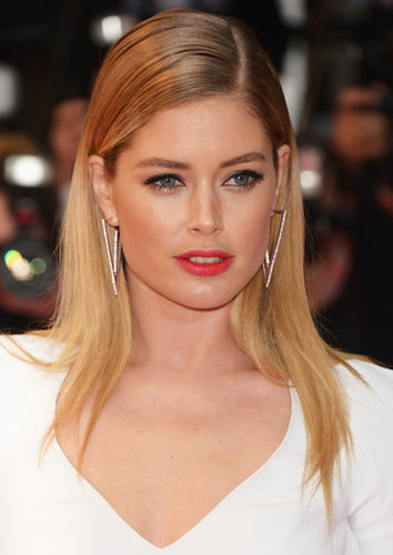 Doutzen Kroes wore a stick-straight hairstyle and tomato-red lip color at the Jimmy P. (Psychotherapy of a Plains Indian) premiere.
