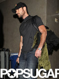 Justin Theroux carried his bag through LAX.