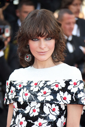 Milla Jovovich arrived to the premiere of Blood Ties wearing her hair down with textured curls. She kept the focus on her eyes with plenty of smudged liner and a nude lip.