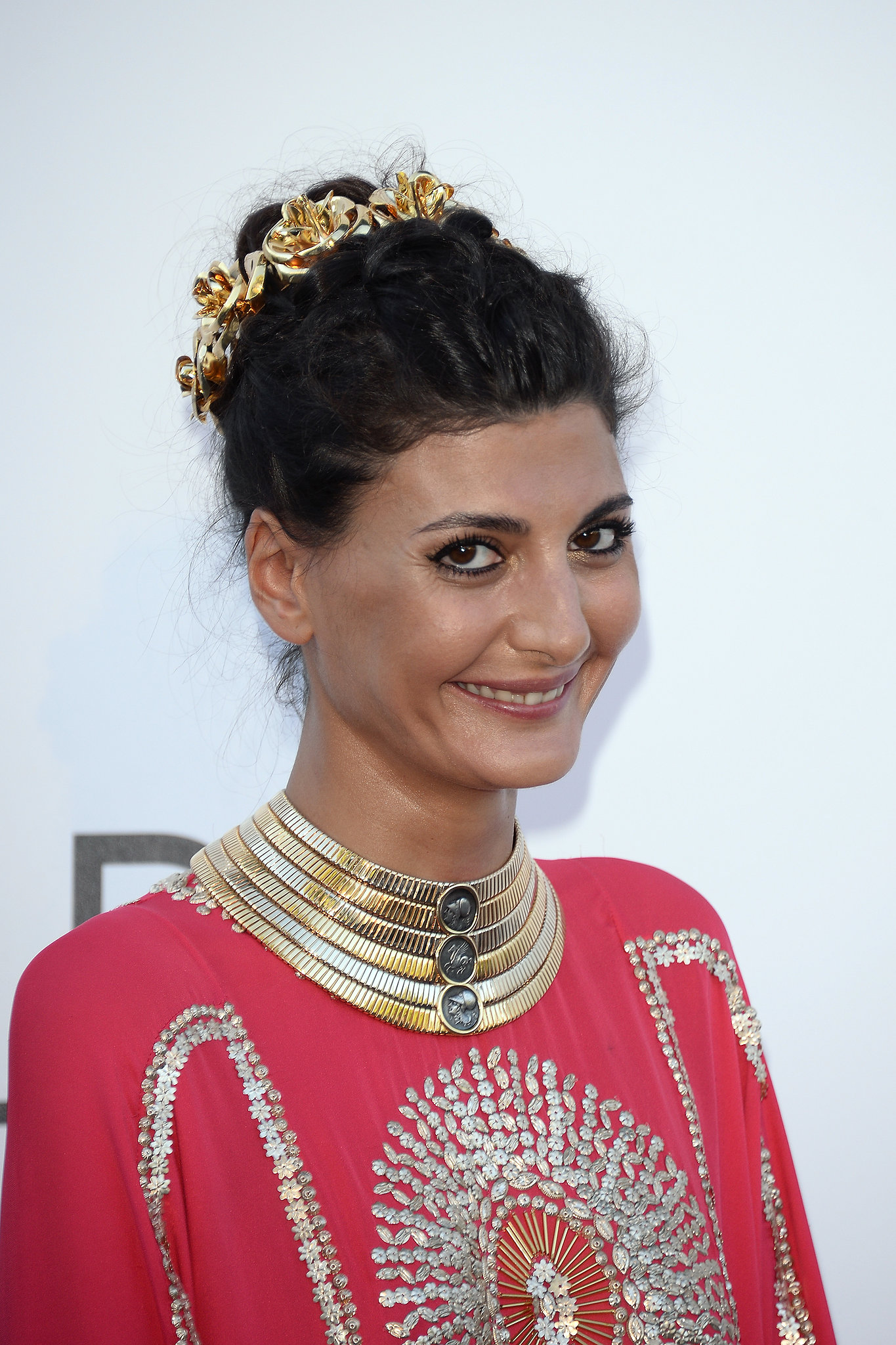 giovanna battaglia wore a stacked gold collar and an