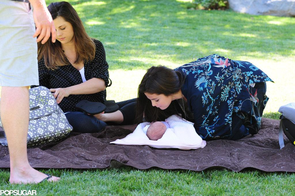 Selena Gomez gave her baby sister, Gracie Elliot, a kiss.