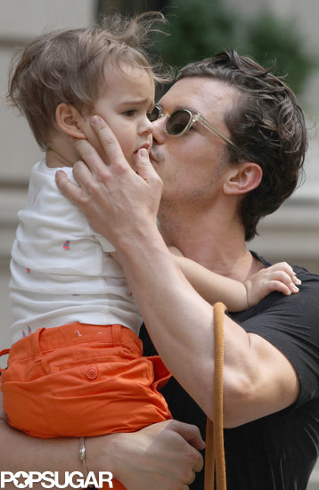 Orlando Bloom gave Flynn a kiss.