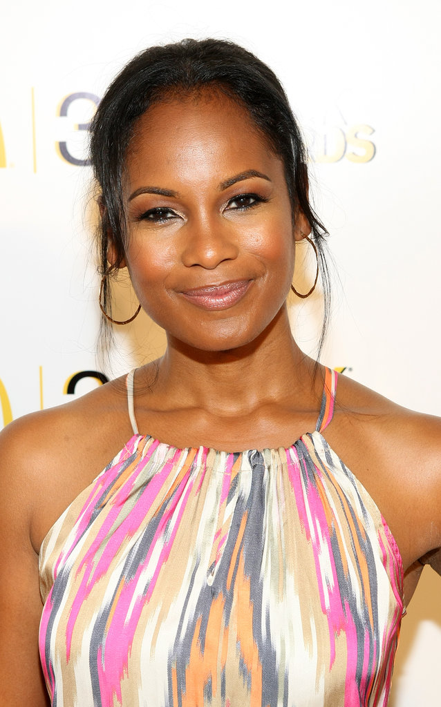 Robinne Lee looked simply chic with a piecey updo, bold brows, and a flick of cat eyeliner.
