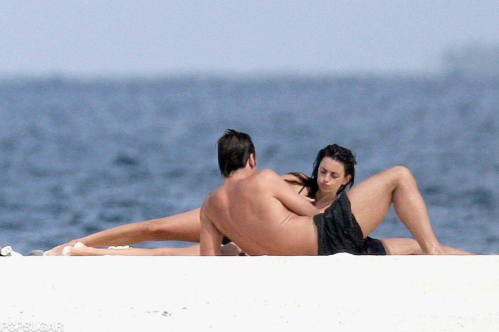 Penélope Cruz chatted with a shirtless Javier Bardem during an October 2007 vacation in the Maldives.