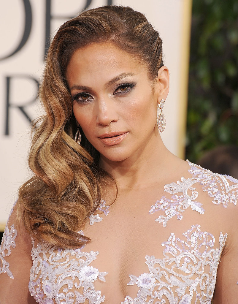 For this year's Golden Globes, Jennifer went with one of the biggest hair trends of award season: sideswept waves.