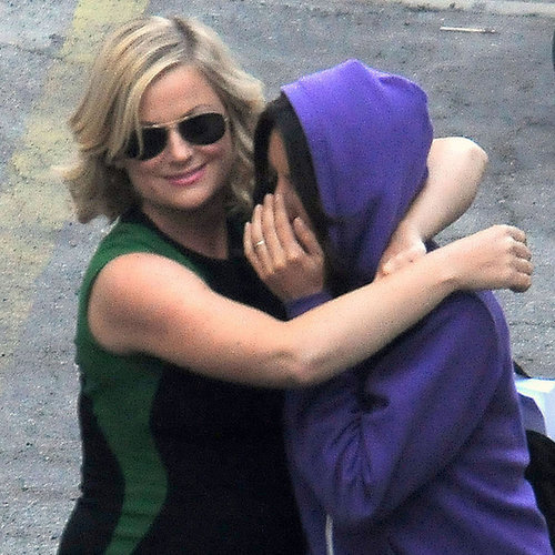 Amy Poehler Kissing Aubrey Plaza | Pictures