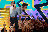 One Direction performed at the Teen Choice Awards.