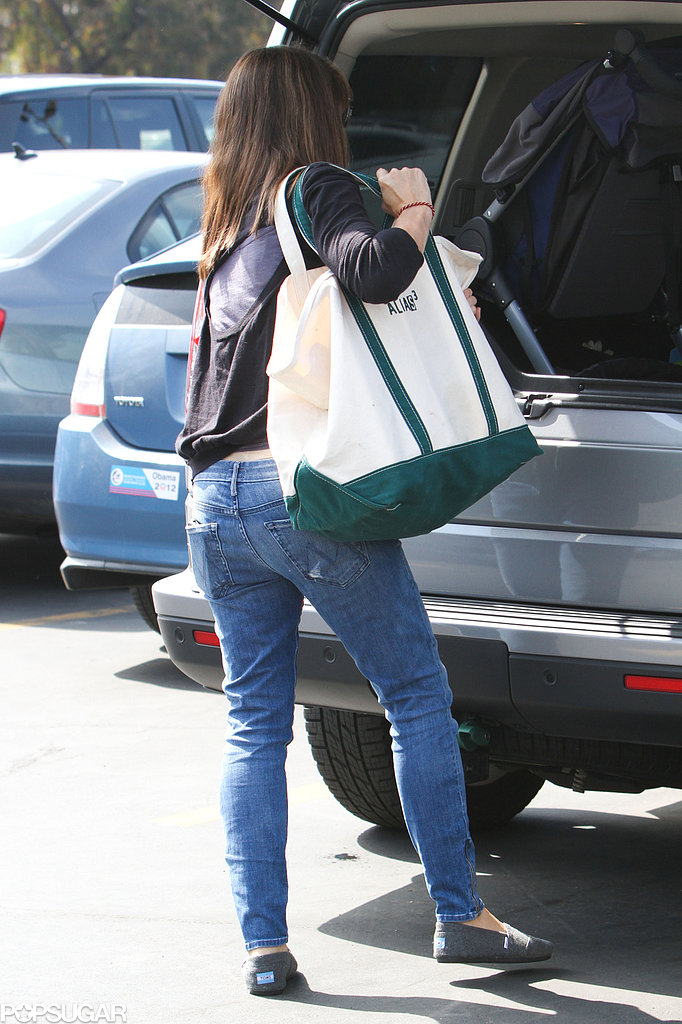 Jennifer Garner carried a tote that read Alias during the family's farmers market outing.