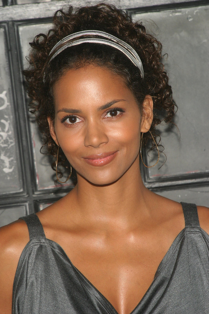 Halle showed off her fresh-faced beauty at the 2004 premire of The Clearing. A head full of curls, flawless skin, and a touch of peach on her eyelids made for an amazingly gorgeous look.