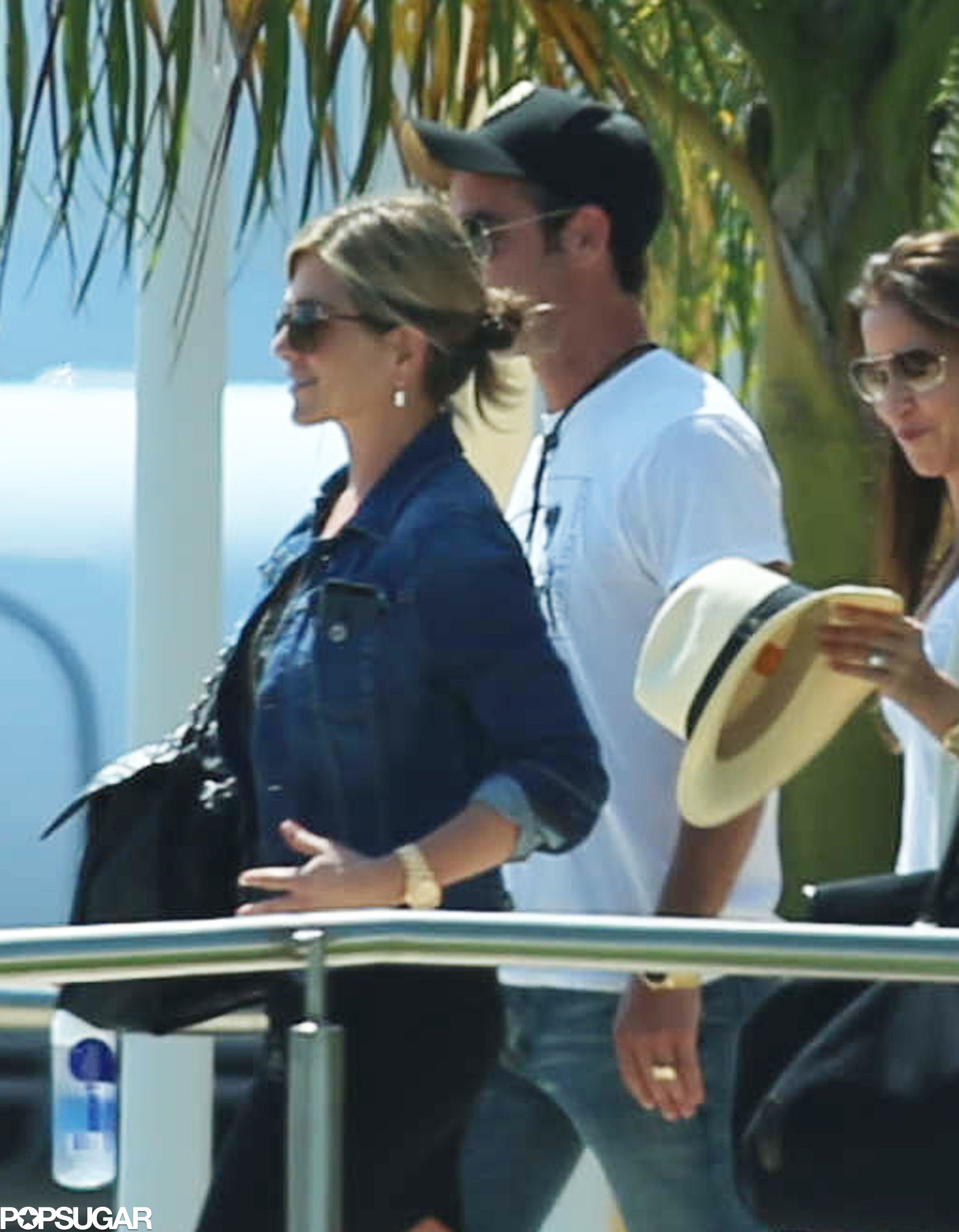jennifer aniston and her fiance justin theroux arrived in mexico