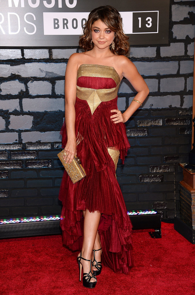 Sarah Hyland posed on the VMAs red carpet.