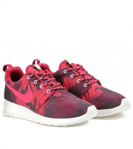Nike NIKE ROSHE RUN PRINTED SNEAKERS