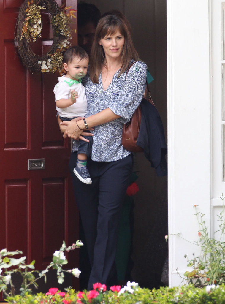 Jennifer Garner carried her tiny costar.