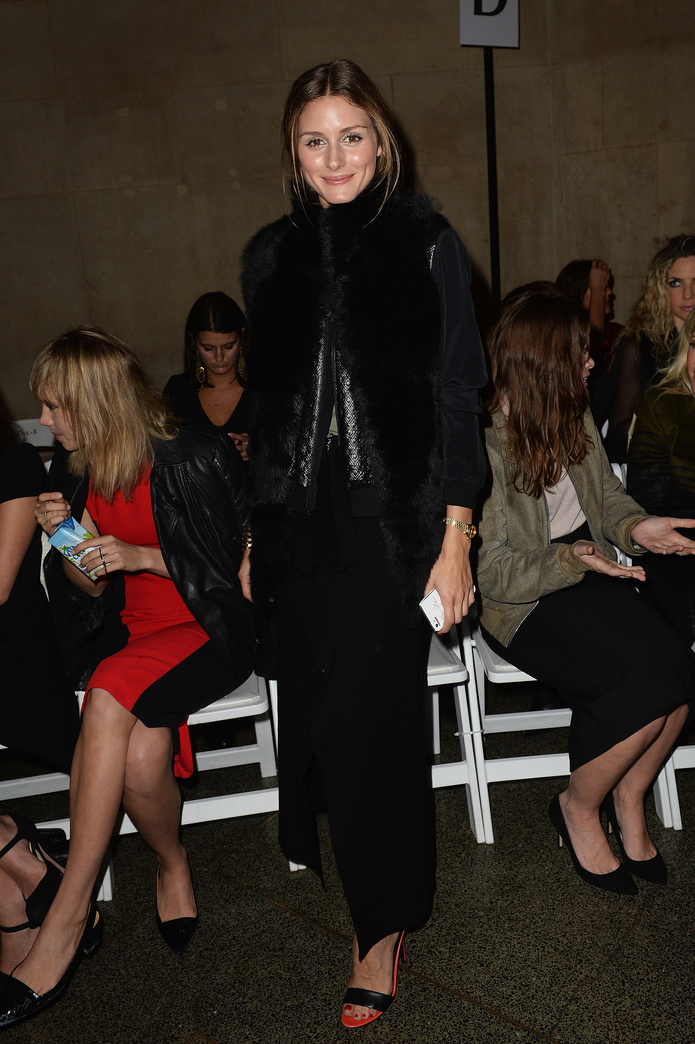 Olivia went for an all-black look in the front row of Jonathan Saunders.