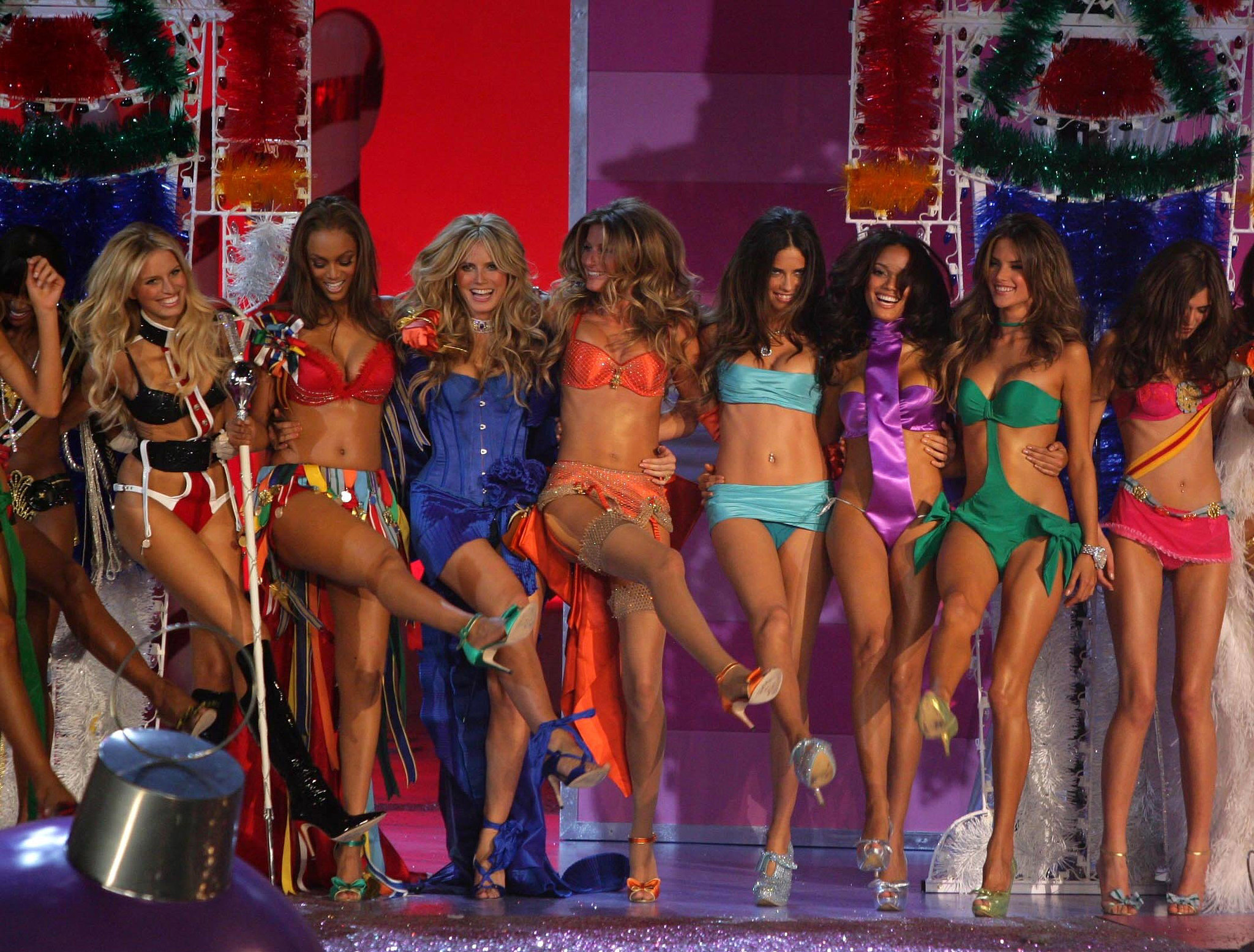 Karolina Kurkova, Tyra Banks, Heidi Klum, Gisele Bundchen, Adriana Lima, Selita Ebanks, Alessandra Ambrosio did the can-can while closing the 2005 show.