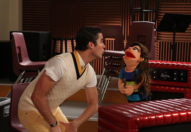 Blaine (Darren Criss) sings with muppet Tina.