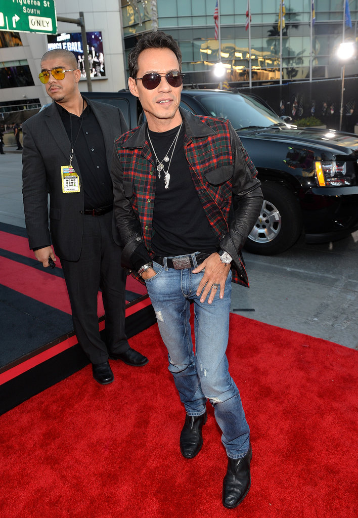 Marc Anthony posed solo on the carpet.