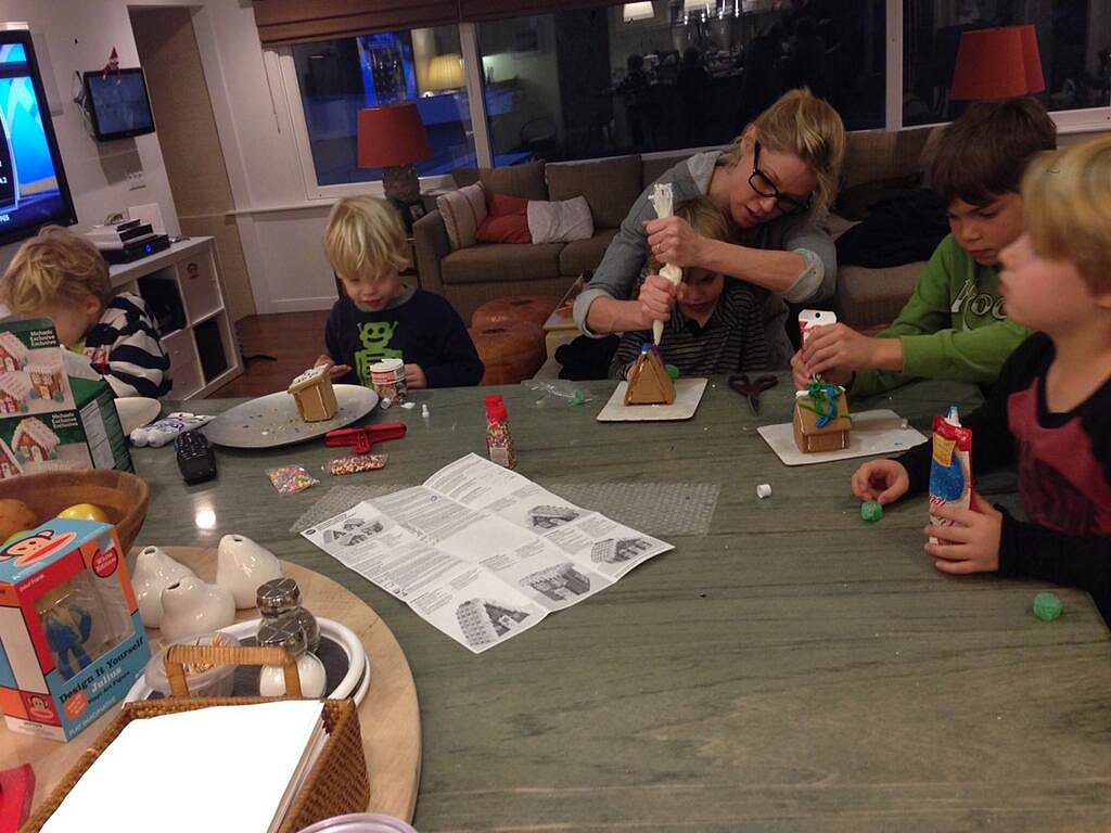 Julie Bowen got in the holiday spirit helping her kids create gingerbread houses. Source: Twitter user marshallboone