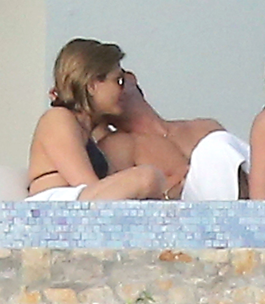 Jennifer and Justin shared a sweet moment.