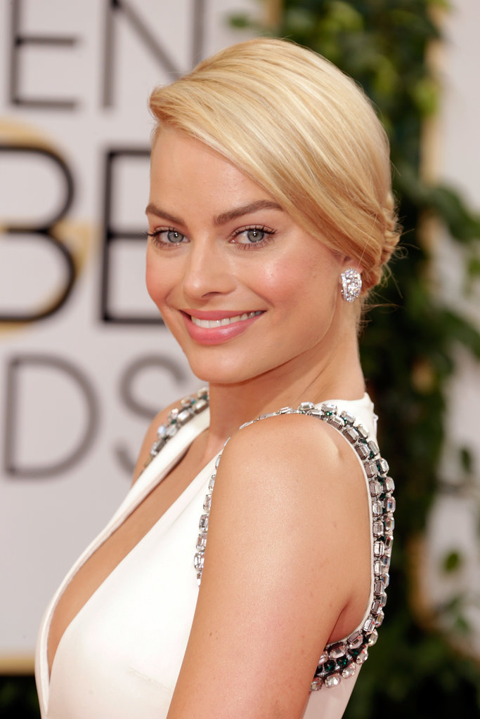 Margot Robbie let her natural beauty radiate through barely there make