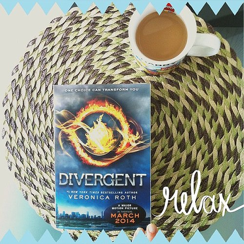 Clodi_fit's Sunday morning looked pretty enticing with coffee and Divergent.