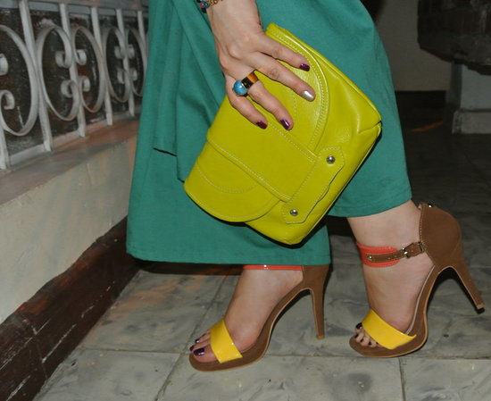 Bolso verde limón y sandalias en bloques de color #Jfashionblog