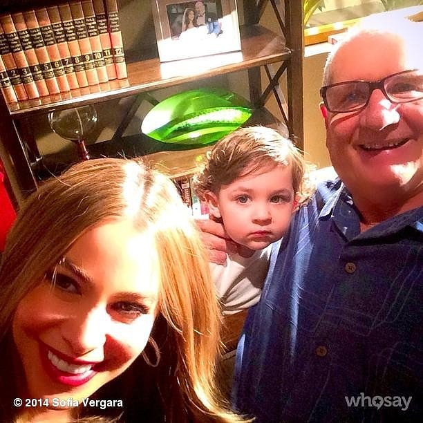 Sofia Vergara flashed a giant smile with her on-screen family.  Source: Instagram user sofiavergara