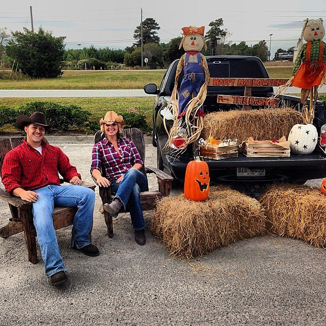 Country Chic Truck Bed | 55 Thrilling Trunk-or-Treat Ideas ...