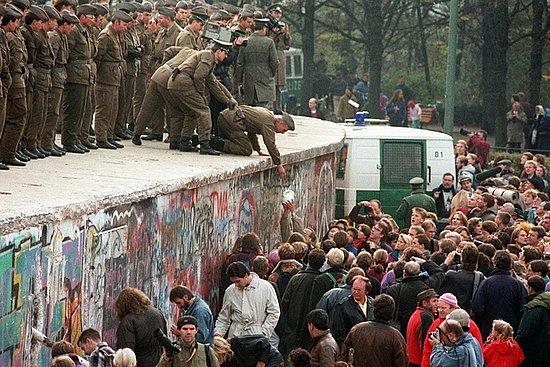 Nov. 11, 1989 : GDR-Border Post receives a coffee jug from demonstrators near the Brandenburg Gate.