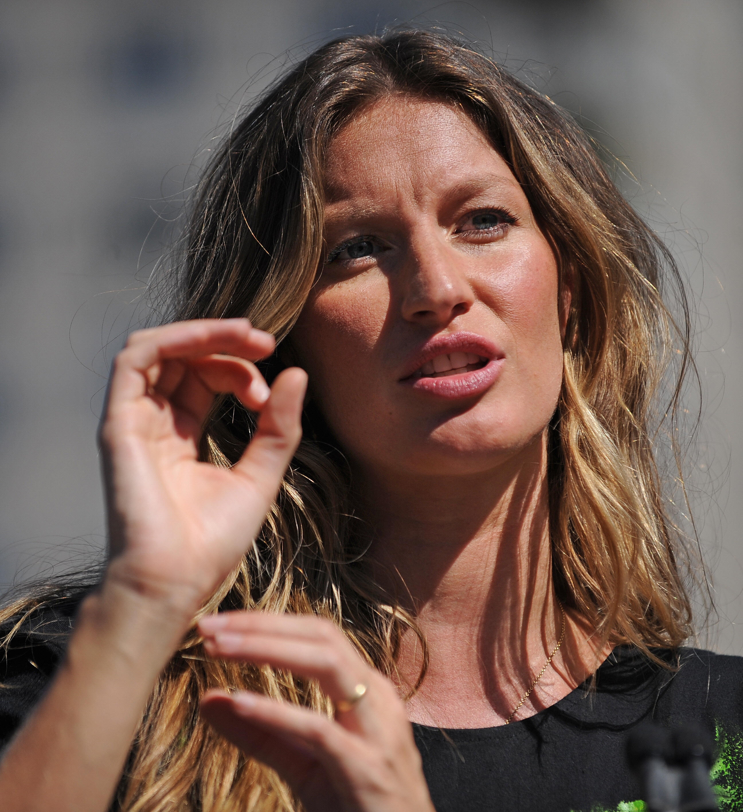 Gisele Bundchen Engagement Ring - Viewing Gallery
