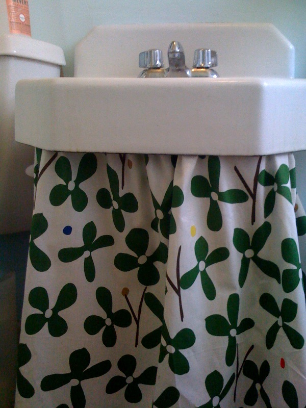 BoredLA helps you to take that unsightly pedestal sink from icky to pretty with this curtain tutorial.