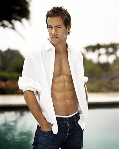 Topless Ryan Reynolds Flaunts His Sexy Abs!