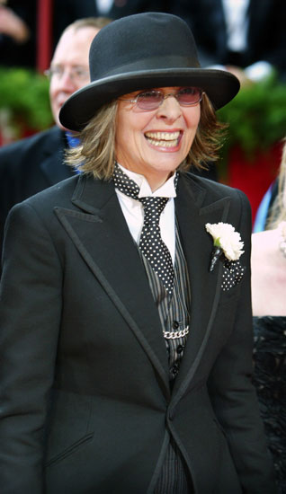 Wearing a signature hat at the 2004 Academy Awards.