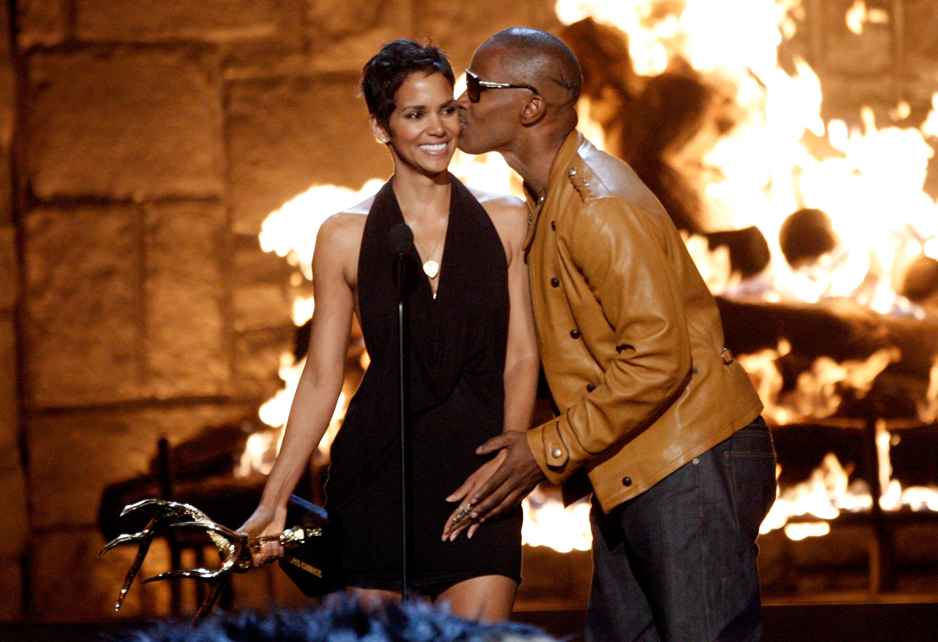 ... photo halle berry jamie foxx actress halle berry accepts the decade of