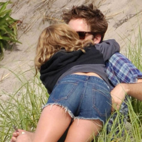 Pictures of Robert Pattinson Kissing Costar Emile De Ravin