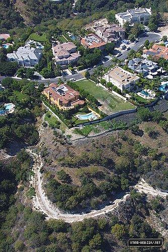 Rihanna to buy Christina's old house