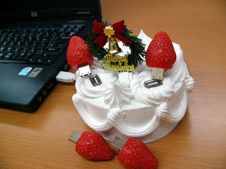 USB Christmas Cake: Geekish or Freakish?